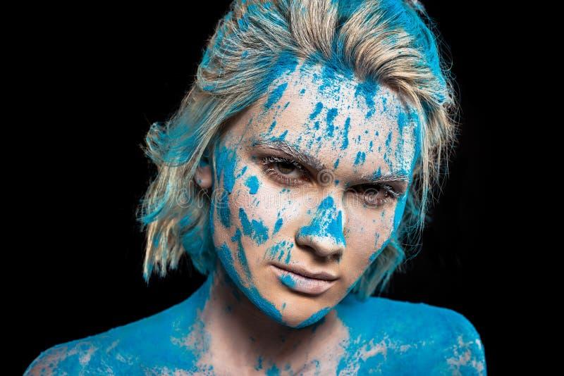 портрет привлекательной девушки в голубом порошке holi стоковое фото