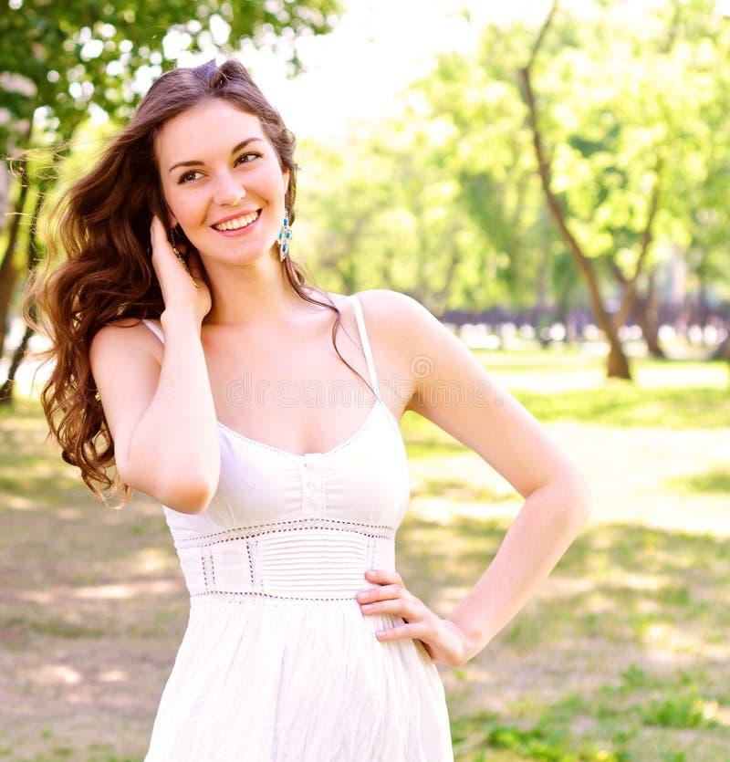 Портрет привлекательной женщины в парке стоковое фото rf