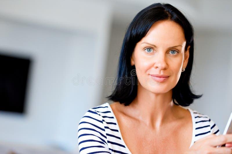 Портрет привлекательной женщины держа телефон стоковая фотография rf