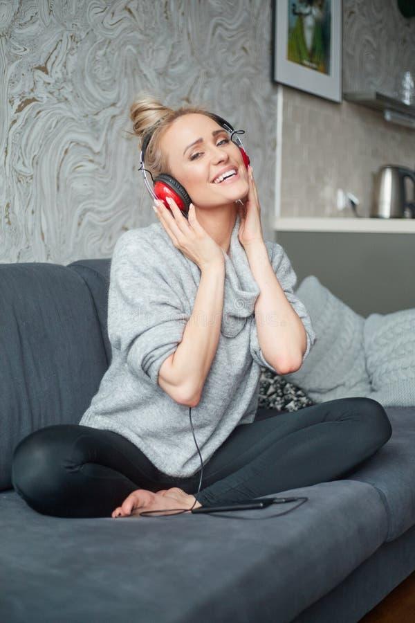Портрет привлекательной женщины используя умный телефон для того что стоковые фото