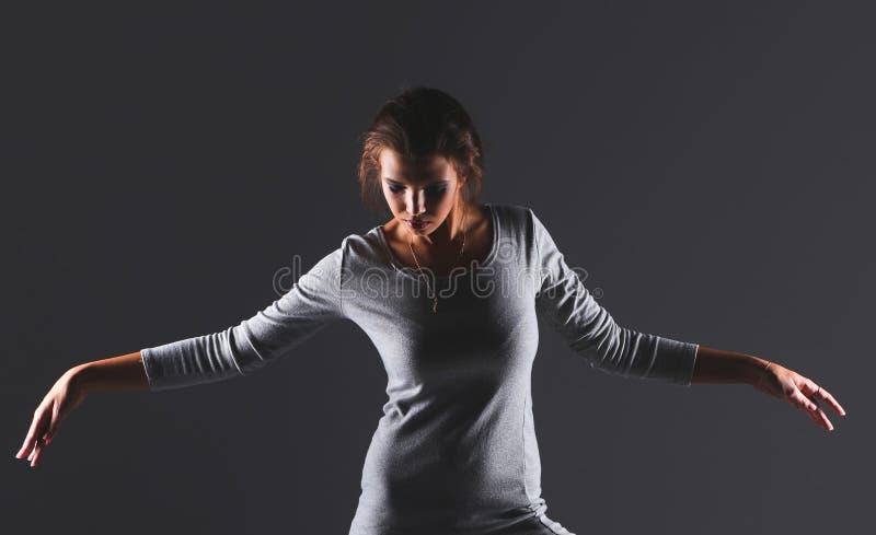 Портрет привлекательной молодой женщины полнометражный изолированный на серой предпосылке стоковые фото