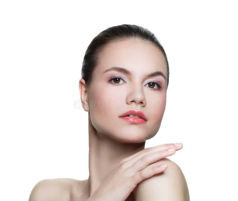 Портрет привлекательной молодой женщины с ясной кожей изолированной на белизне стоковое изображение rf