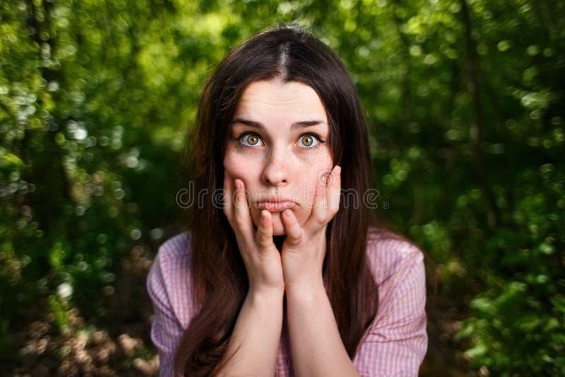 Портрет привлекательной молодой задумчивой озадаченной или неуверенной женщины стоковое изображение rf