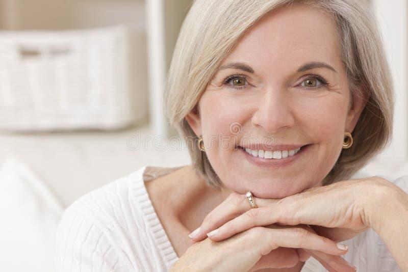 Портрет привлекательной старшей женщины стоковая фотография