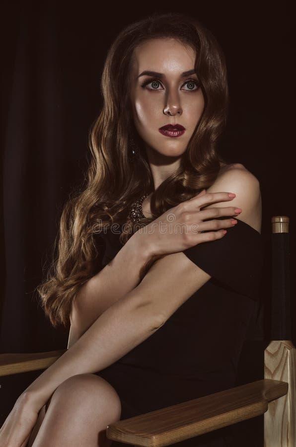 Портрет привлекательной, элегантной, загадочной молодой женщины в ретро изображении Фото студии способ простыни кладет детенышей  стоковые изображения rf