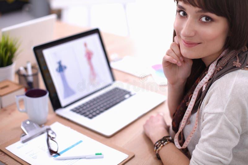 Портрет привлекательного женского модельера стоковая фотография rf