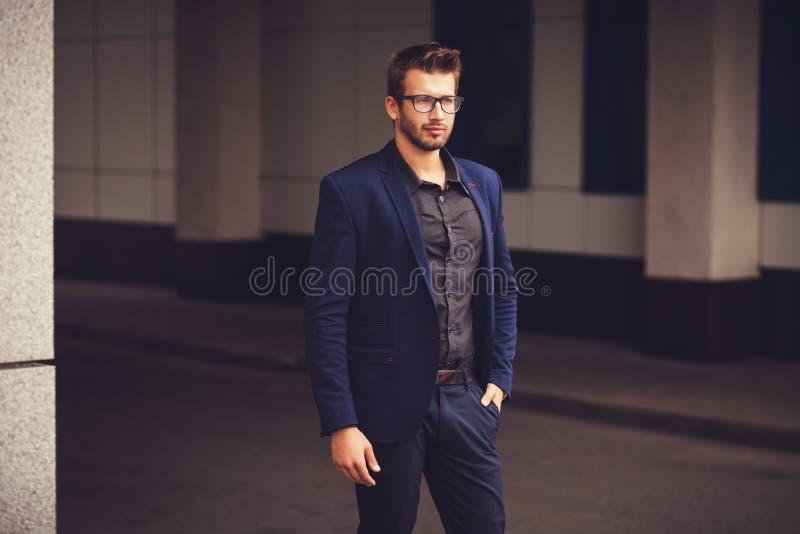 Портрет привлекательного молодого бизнесмена стоковое фото rf