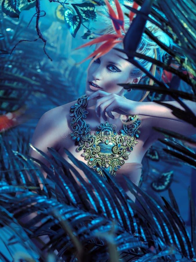 Портрет привлекательной блондинкы в джунглях стоковые фото
