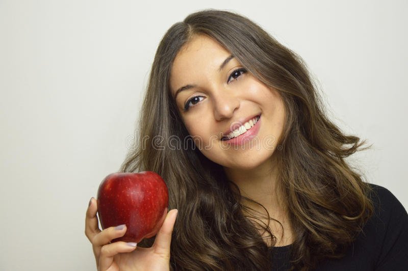 Портрет привлекательной девушки усмехаясь с красным яблоком в ее плодоовощ руки здоровом стоковые фотографии rf