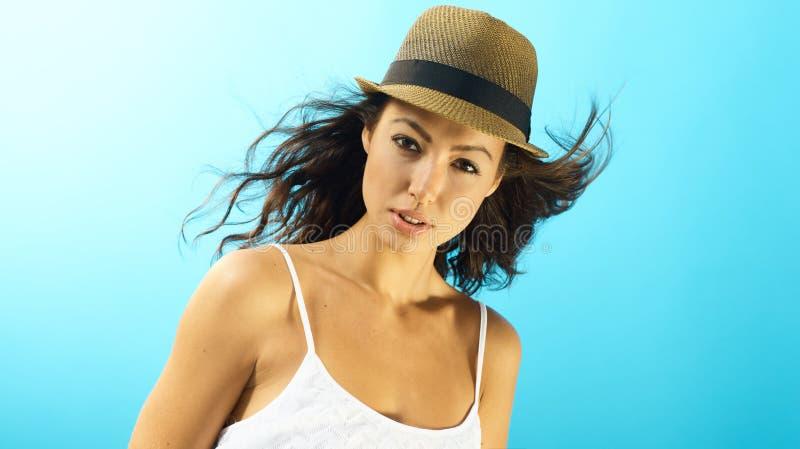 Портрет привлекательной женщины на летнем времени стоковое фото rf
