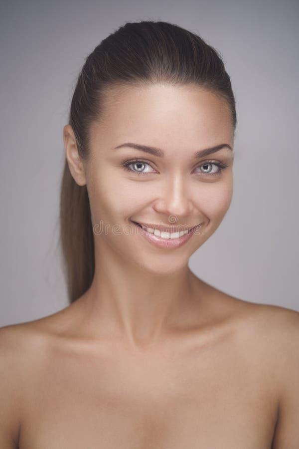 Портрет привлекательной кавказской усмехаясь женщины стоковое фото