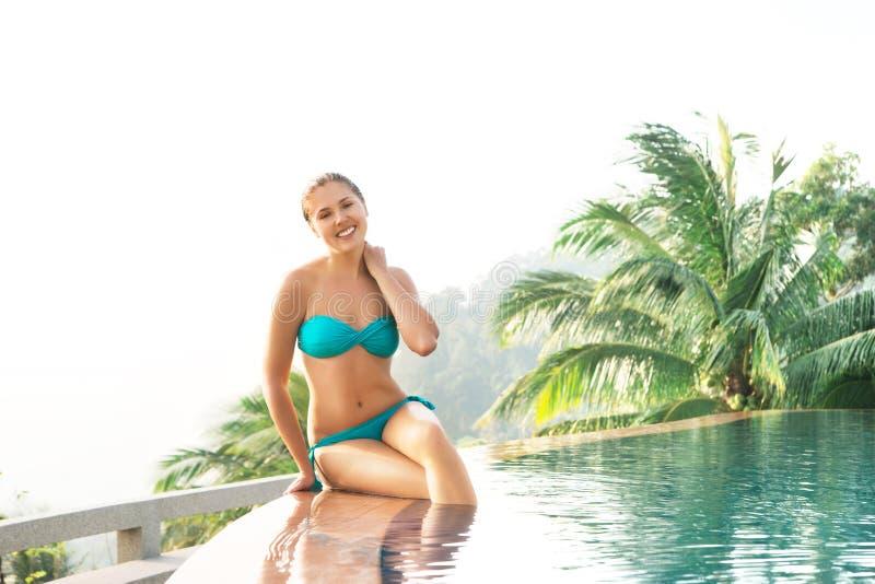 Портрет привлекательной, счастливой женщины в cyan swimwear стоковое фото rf