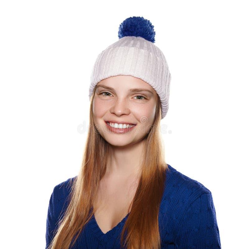 Портрет привлекательной усмехаясь девушки в шляпе и свитере зимы стоковые фотографии rf