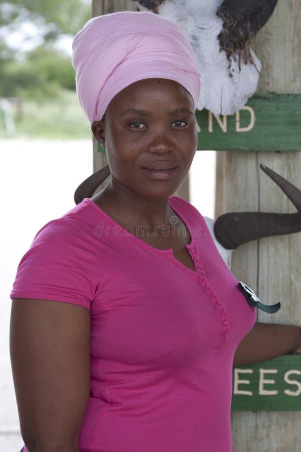 Портрет привлекательной чернокожей женщины с головным платком в Re Kalahari стоковые фото