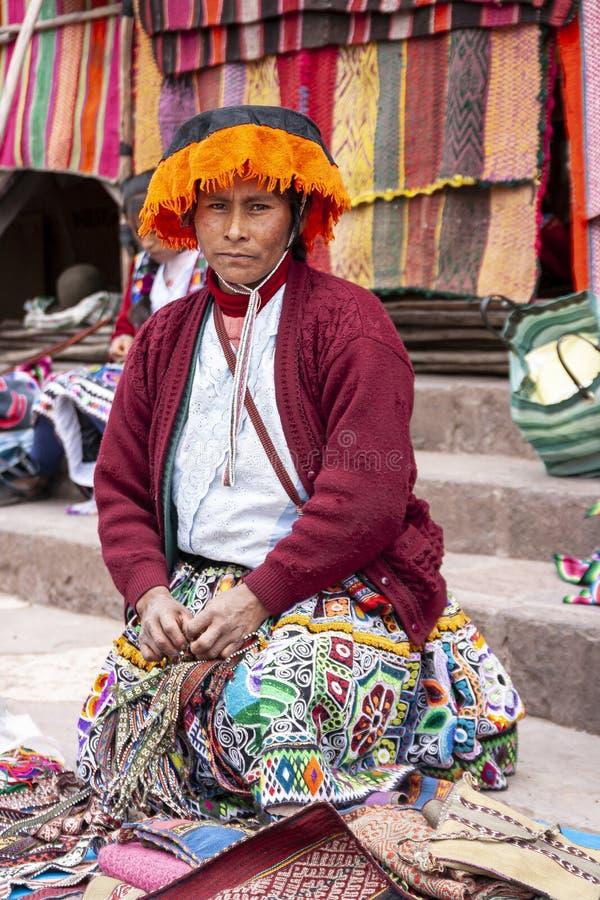 Портрет продавца местного рынка в Urubamba, Перу стоковые изображения