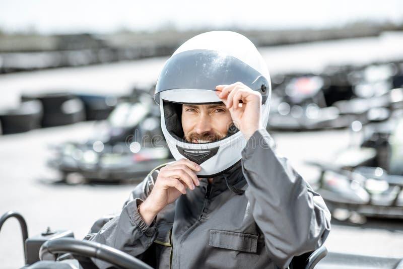 Портрет профессионального гонщика kart стоковое фото rf