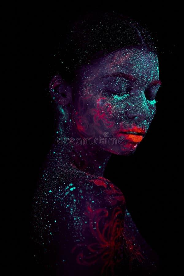 Портрет профиля красивого чужеземца девушки Ультрафиолетов ночное небо искусства тела голубое со звездами и розовыми медузами стоковое изображение rf
