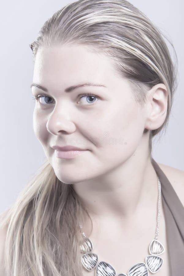 Портрет профиля довольно белокурой женщины стоковая фотография