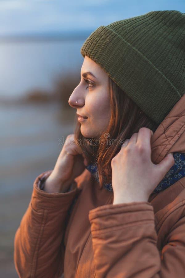 Портрет профиля привлекательной девушки стоковые фотографии rf
