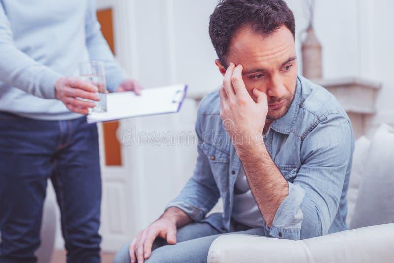 Портрет психиатра расстроенного человека советуя с стоковые фото