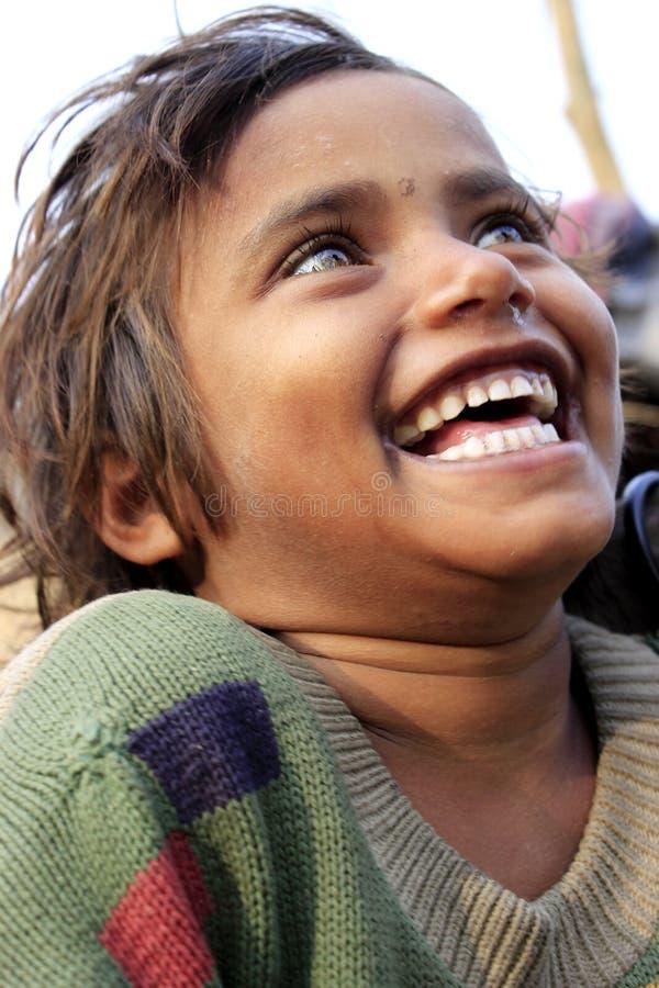 Портрет плохой маленькой усмехаясь девушки Момент вау стоковые изображения
