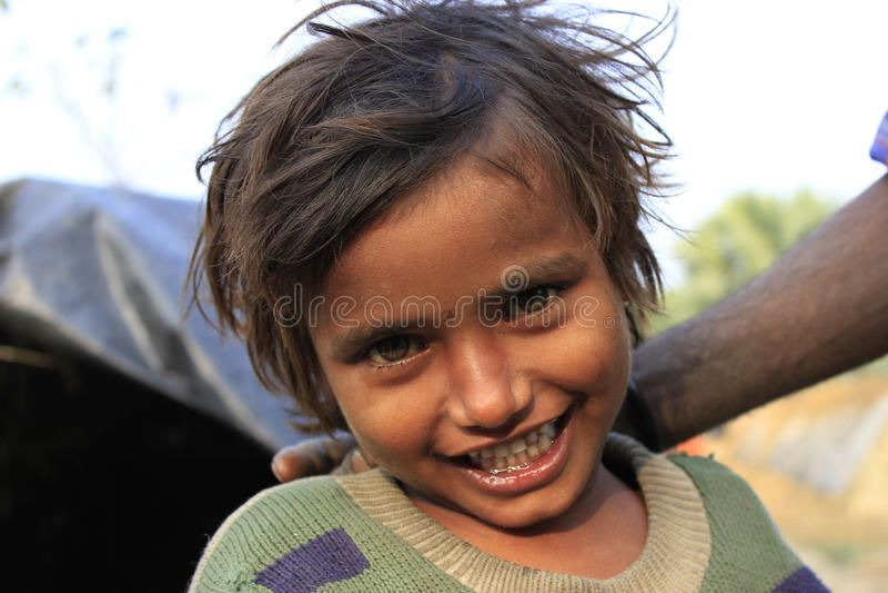 Портрет плохой маленькой усмехаясь девушки Момент вау стоковые фотографии rf