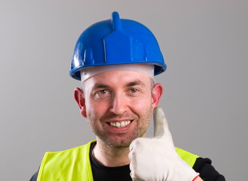Портрет работника выражая позитивность с одобренным символом стоковые изображения rf
