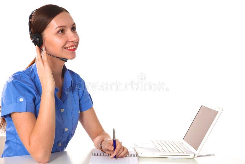 Портрет работника обслуживания клиента женщины, оператора центра телефонного обслуживания усмехаясь при шлемофон телефона изолиро стоковые фотографии rf