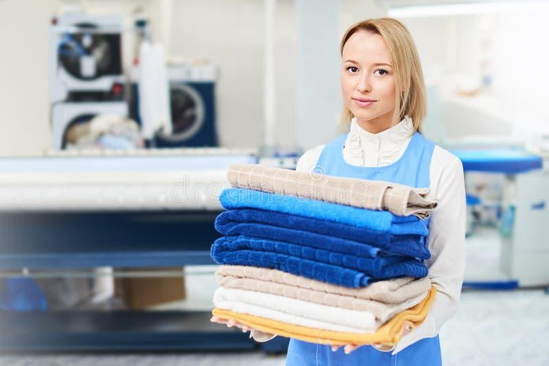 Портрет работника прачечной девушки держа чистое полотенце стоковое изображение rf