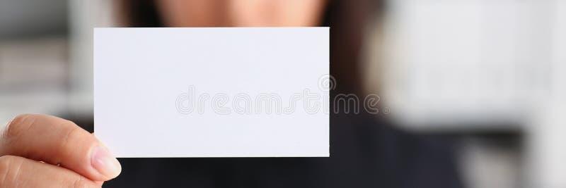 Портрет работы коммерсантки в cutaway выставки офиса стоковая фотография rf