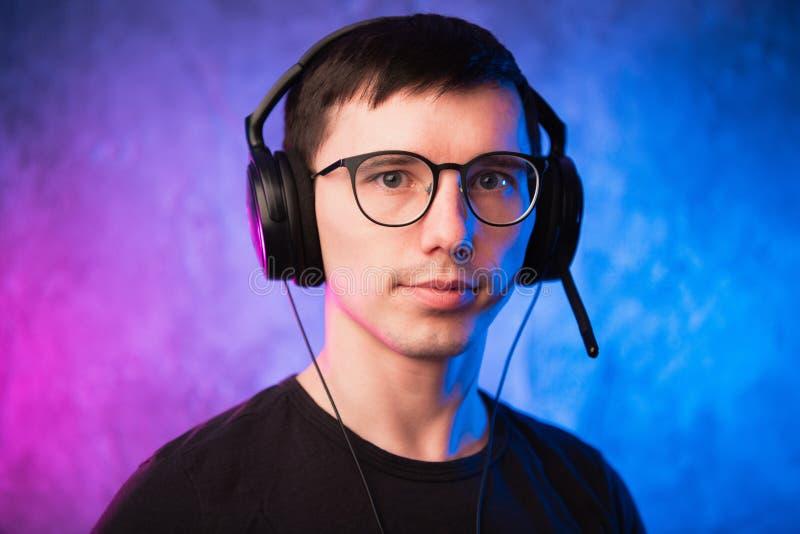 Портрет радостного молодого gamer в наушниках Концепция компютерных игр стоковые фотографии rf