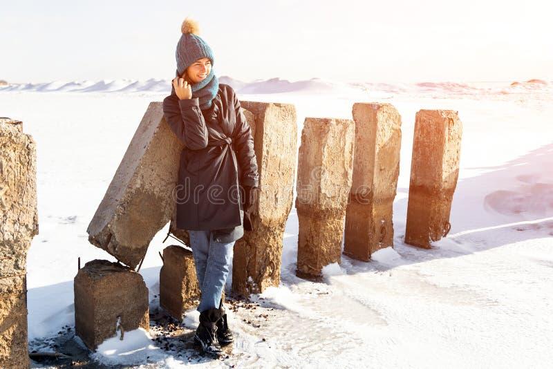 Портрет радостной женщины в зиме стоковые фото