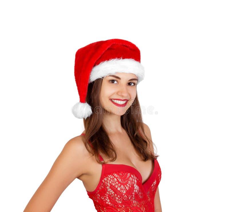 Портрет радостной милой девушки в красной шляпе рождества эмоциональная женщина в красной шляпе Санта Клауса изолированной на бел стоковые изображения rf