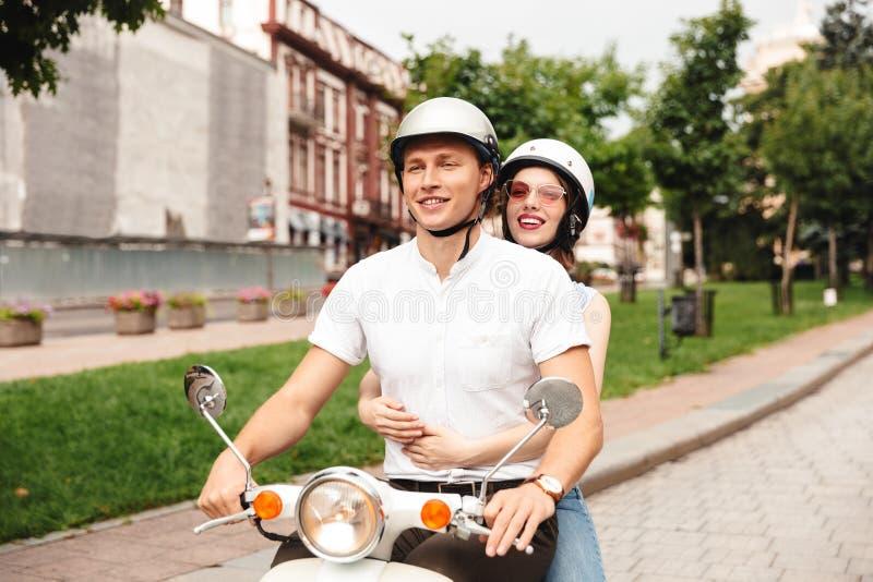 Портрет радостной молодой пары в шлемах стоковое фото rf