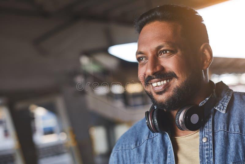 Портрет радостный индусский усмехаться человека стоковое изображение