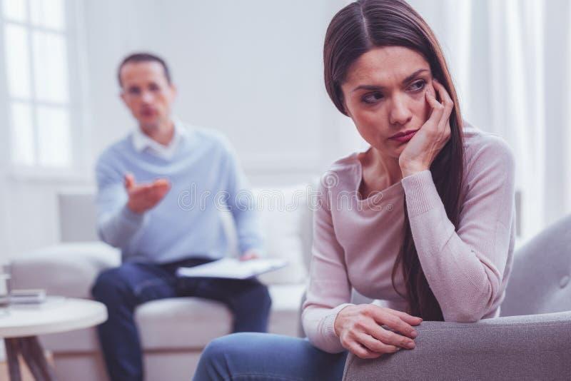 Портрет разочарованной молодой женщины подпирая ее подбородок в наличии стоковая фотография