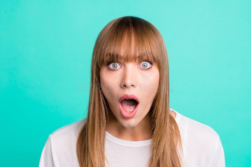 Портрет разочарованной страшить предназначенной для подростков малолетки впечатлил удивленный рот ужасного окрика клекота информа стоковые изображения rf
