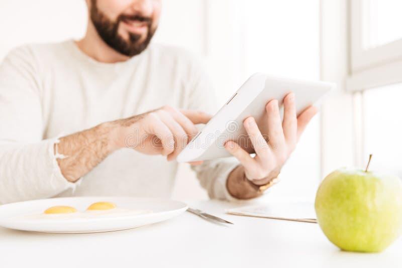 Портрет расплывчатого взрослого человека в вскользь рубашке имея здоровую еду стоковое фото rf
