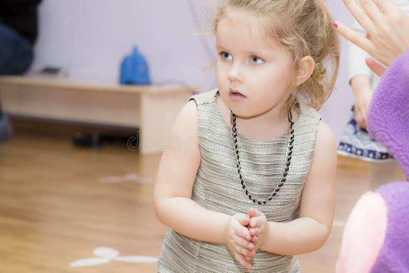 Портрет ребенка во время игры стоковая фотография