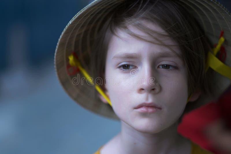 Портрет ребенка в соломенной шляпе стоковая фотография
