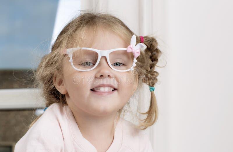 Портрет ребенка в стеклах стоковое изображение