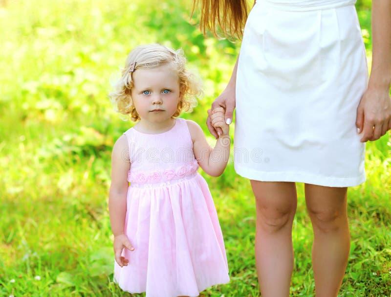 Портрет ребенка маленькой девочки, дочери держит руку стоковое фото rf