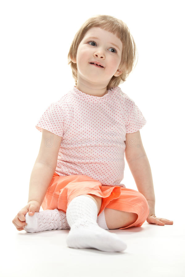 Портрет ребенка сидя на поле стоковое изображение rf