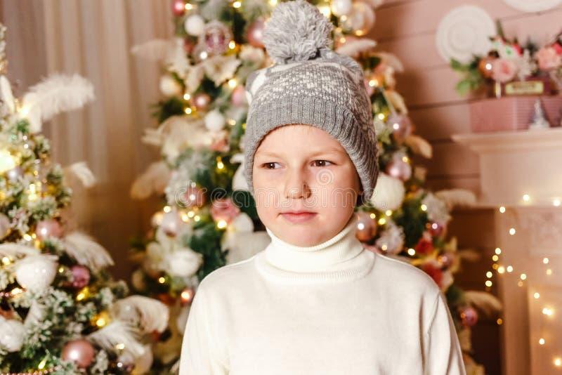Портрет рождества мальчика в свитере и связанной шляпе стоковое фото rf