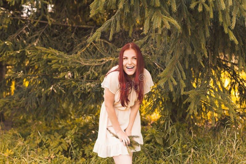 Портрет романтичной женщины в лесе стоковые фотографии rf