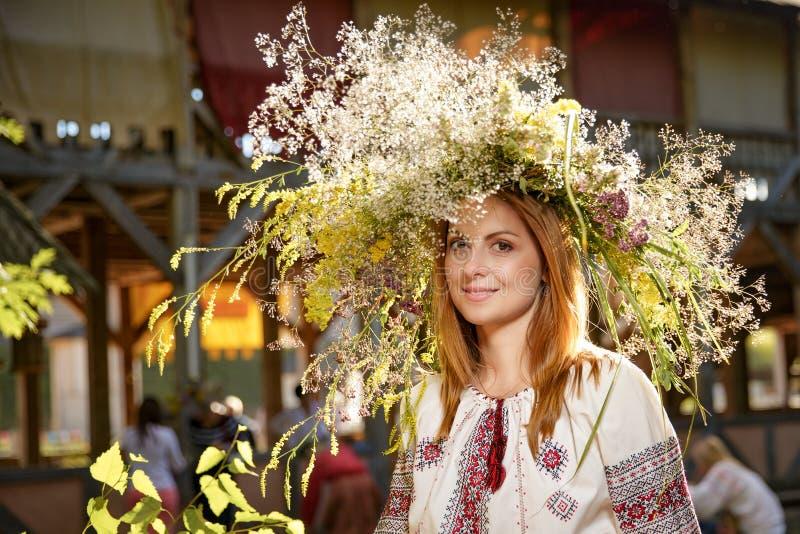 Портрет романтичной усмехаясь женщины в circlet цветков стоковые фото