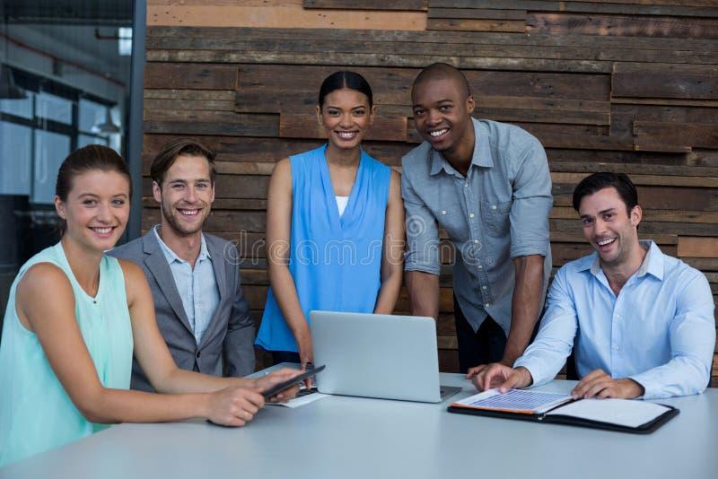 Портрет руководителей бизнеса обсуждая во время встречи стоковые изображения