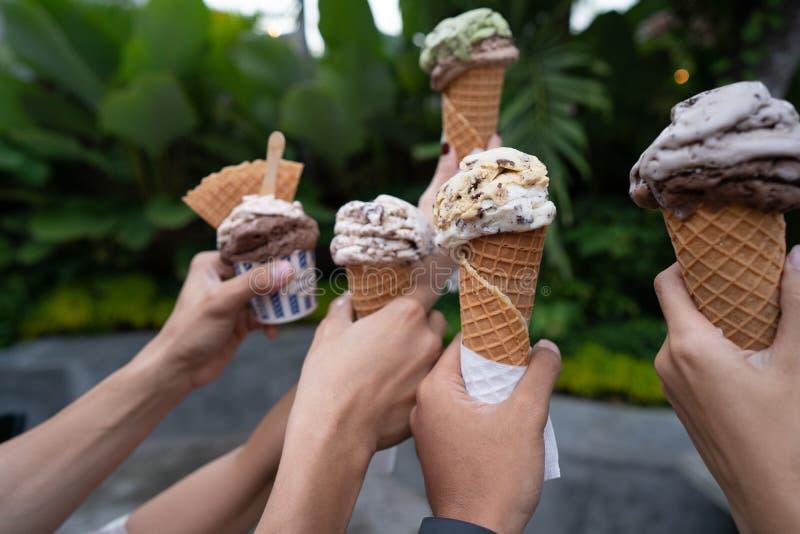 Портрет рук держа деревья предпосылки конуса мороженого зеленые стоковые изображения