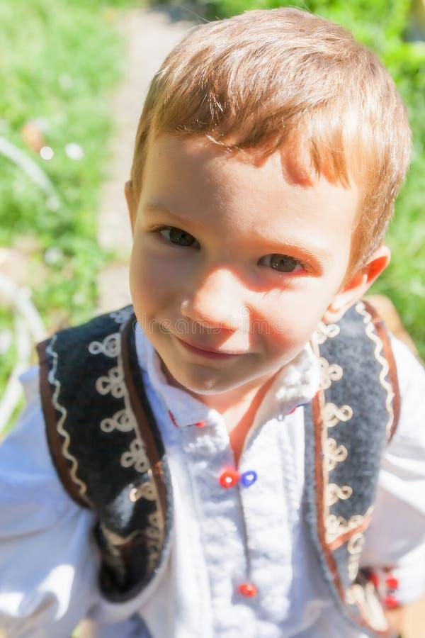 Портрет румынского крестьянского позабавленного чувства ребенка стоковое фото