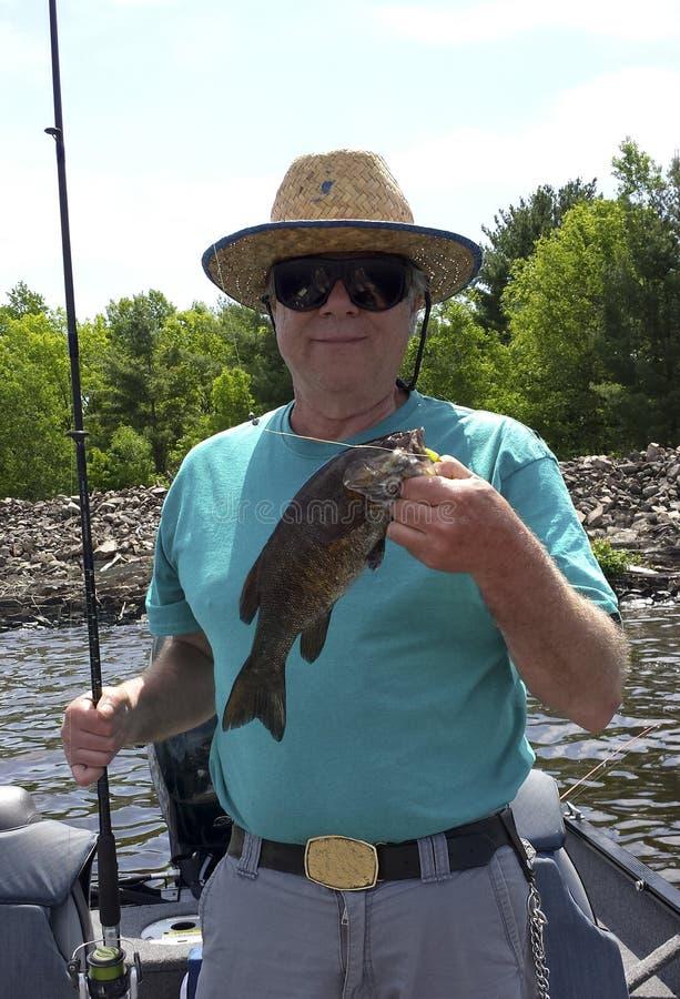 Портрет рыболова с малым басом рта стоковые фото